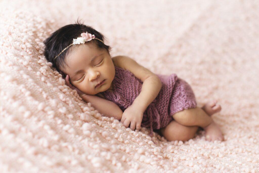 Baby schläft auf Wolldecke
