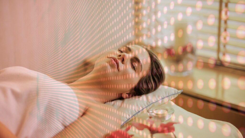 Frau entspannt auf Bett mit Infrarot